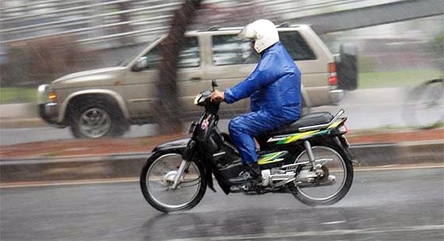 mengendarai-motor-saat-hujan